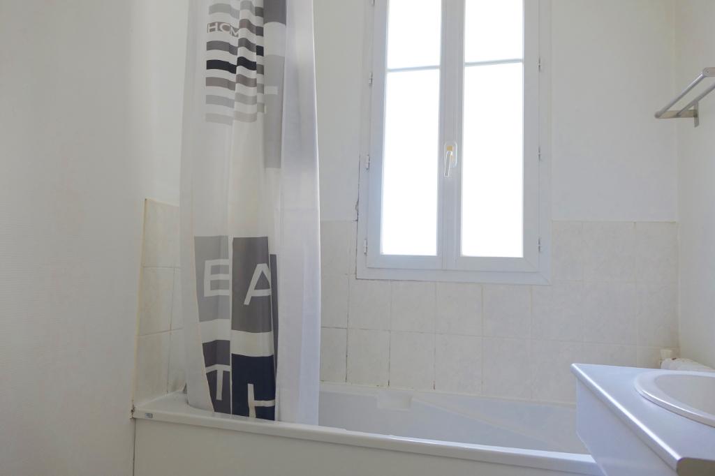 TOURS PREBENDES. Appartement de caractère, entièrement rénové, avec 3 chambres et cave.