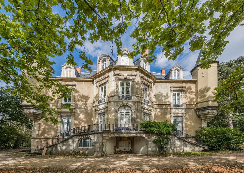 Appartement rénové dans un château avec parc arboré