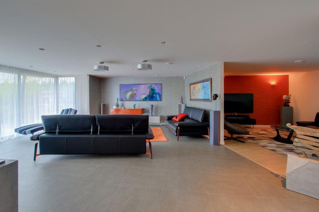 Loft contemporain au jardin luxuriant sainghin en weppes 59184 for Loft contemporain