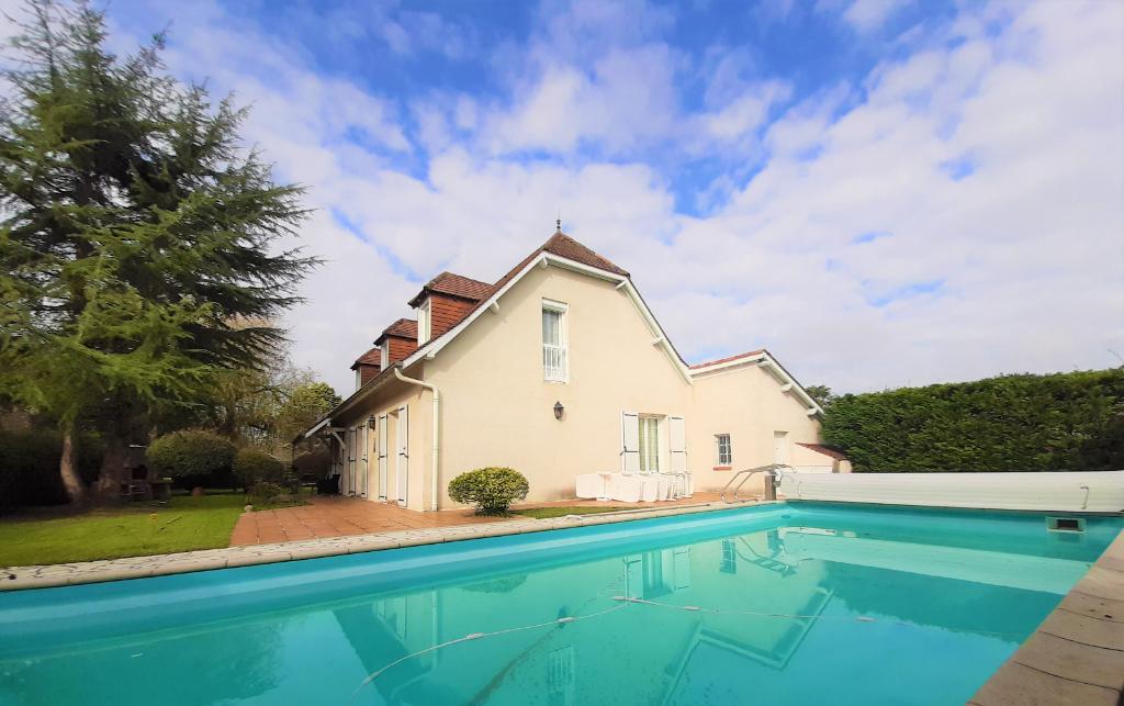 Maison Lescar 6 pièce(s) 170 m2 sur parcelle de 915m² avec pisci