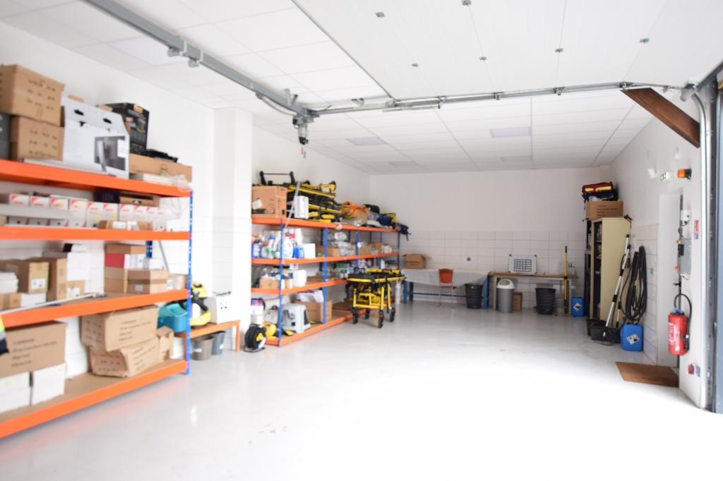 Local commercial  de 220 m² à ELBEUF avec stationnements et garage