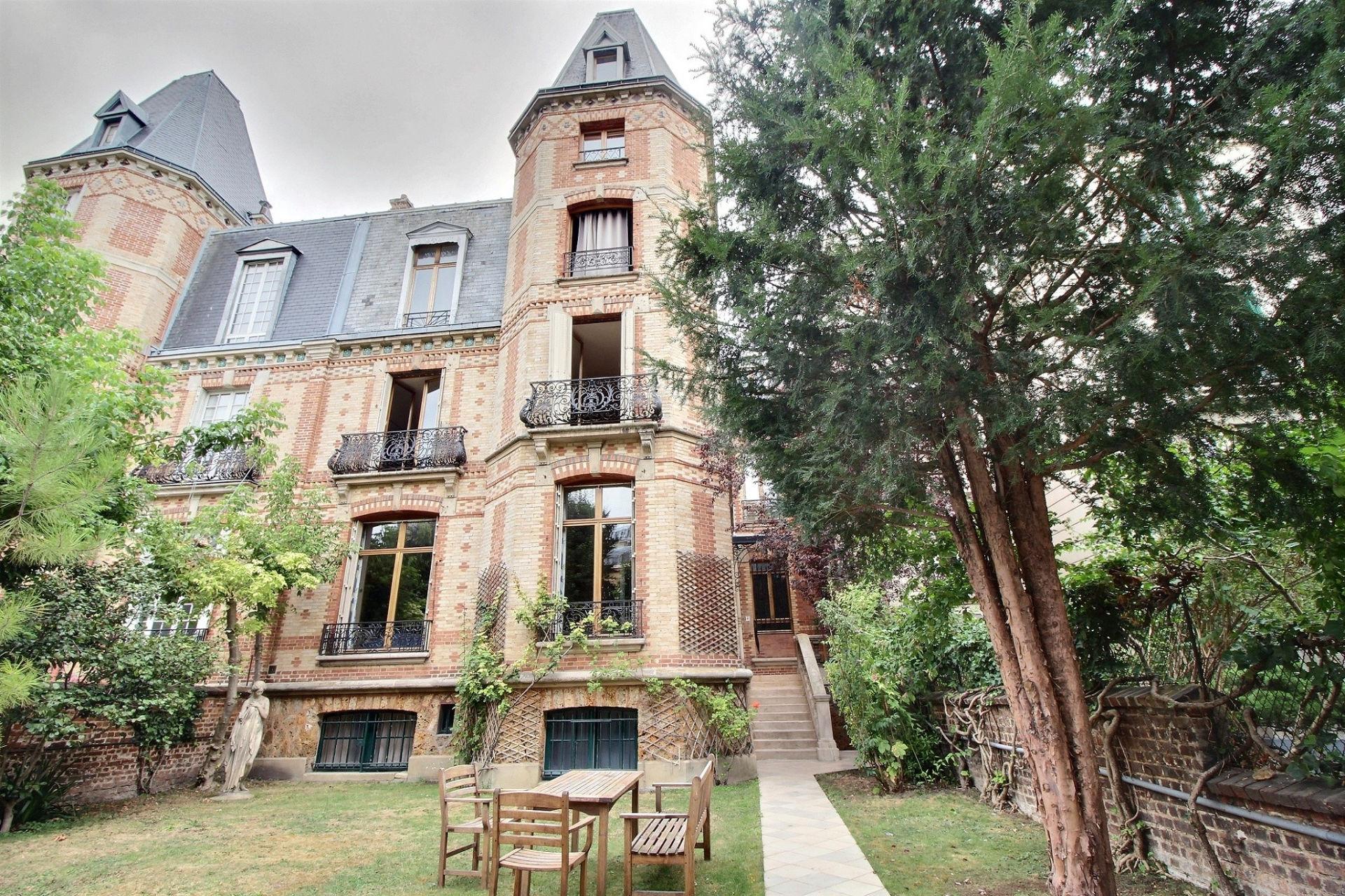 Hôtel particulier 247 m²                         75116 PARIS